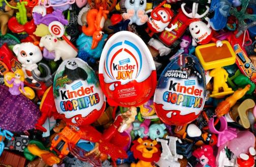 depositphotos_105258514-stock-photo-big-heap-of-kinder-surprise